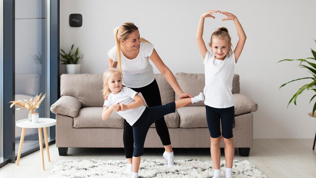familia-segura-y-protegida-con-sistema-de-alarma